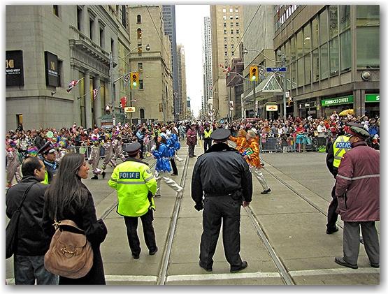 santa claus parade, 2009, yonge street, dundas street, university avenue, christmas, seasonal, holiday, parade, crowd, people, police, children, floats, toronto, city, life
