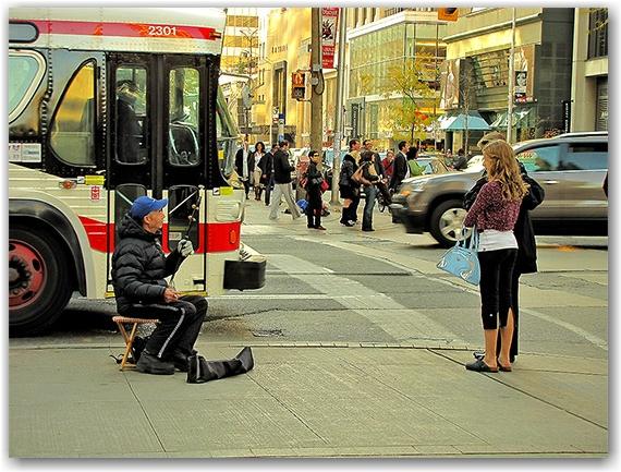 erhu, chinese, traditional, musical, instrument, ttc, bus, busker, street, audience, bay street, bloor street west, toronto, city, life