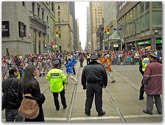 santa claus parade, 2009, yonge street, dundas street, university avenue, christmas, seasonal, holiday, parade, crowd, people, police, children, floats, toronto, city, life