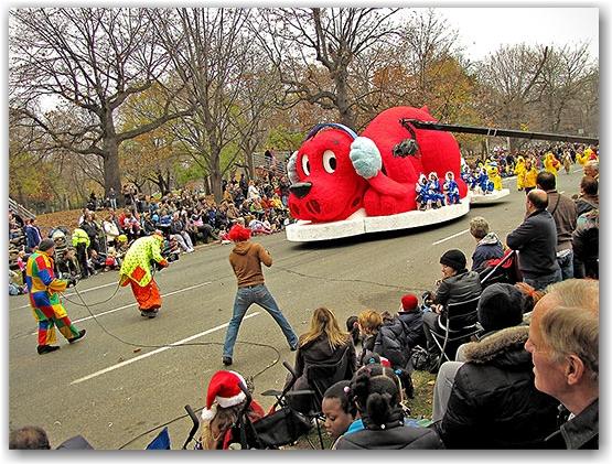 santa claus parade, 2009, yonge street, dundas street, university avenue, christmas, seasonal, holiday, parade, crowd, people, clifford the big red dog, children, floats, toronto, city, life