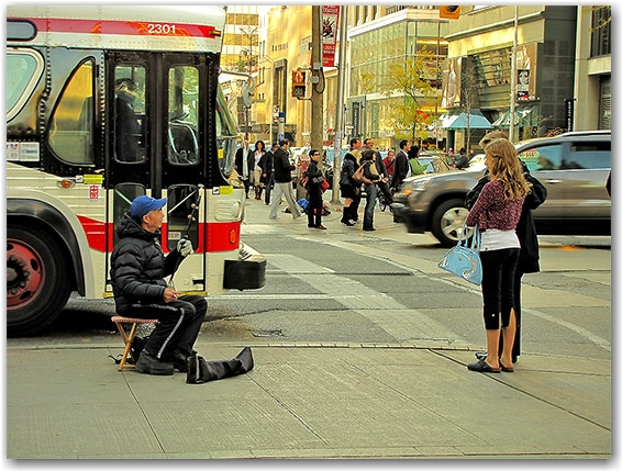 erhu, chinese, traditional, musical, instrument, ttc, bus, busker, street, audience, bay street, bloor street west, toronto, city, life
