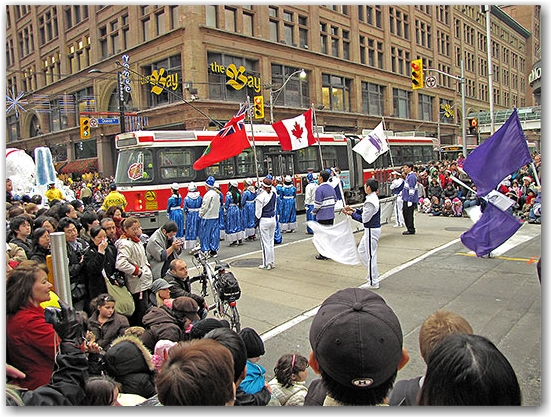 santa claus parade, 2009, yonge street, dundas street, university avenue, christmas, seasonal, holiday, parade, crowd, marching band, flag bearers, people, children, floats, toronto, city, life