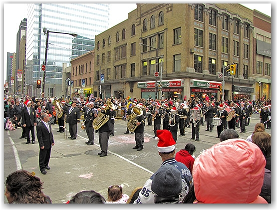 santa claus parade, 2009, yonge street, dundas street, university avenue, christmas, seasonal, holiday, parade, crowd, people, marching band, children, floats, toronto, city, life