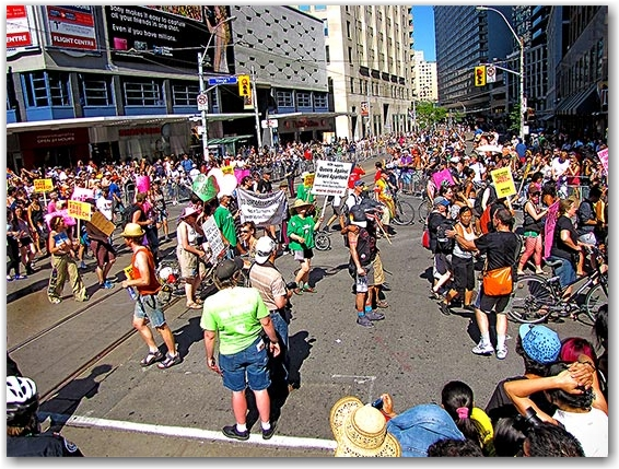 queers against israeli apartheid, yonge street, pride parade 2010, toronto, city, life