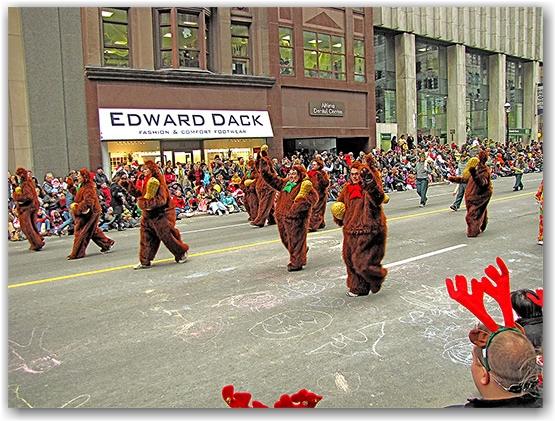 santa claus parade, 2009, yonge street, dundas street, university avenue, christmas, seasonal, holiday, parade, crowd, people, costumes, children, floats, toronto, city, life