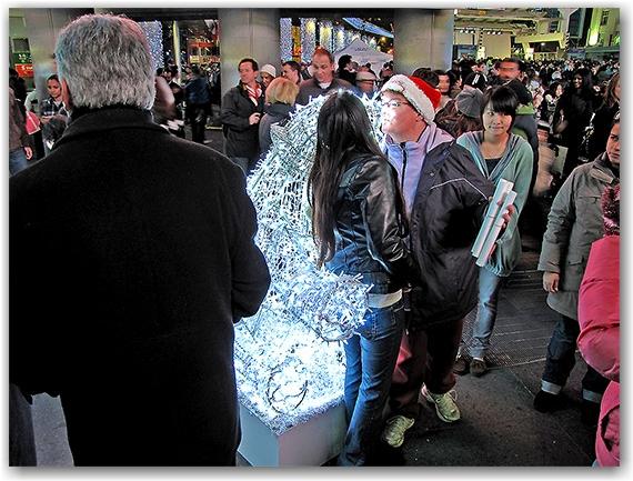 illuminite, 2009, yonge dundas square, decorations, yds, yonge street, dundas street, eaton centre, christmas, holidays, seasonal, events, crowd, group, presentation, celebration, lighting, ceremony, performance, toronto, city, life