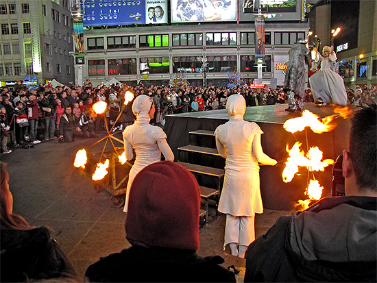 illuminite, 2009, decorations, yonge dundas square, yds, yonge street, dundas street, eaton centre, christmas, holidays, seasonal, events, crowd, group, presentation, celebration, lighting, ceremony, performance, toronto, city, life