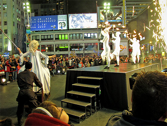 illuminite, 2009, yonge dundas square, yds, decorations, yonge street, dundas street, eaton centre, christmas, holidays, seasonal, events, crowd, group, presentation, celebration, lighting, ceremony, performance, toronto, city, life