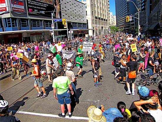 queers against israeli apartheid, yonge street, pride parade 2010, toronto, city, life
